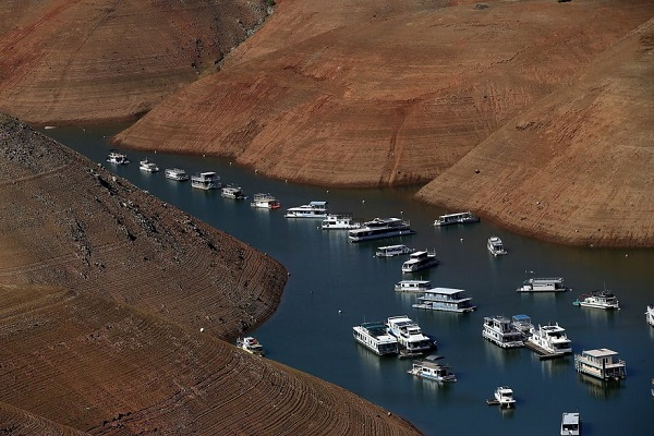 house boats on lake orovile california after drought