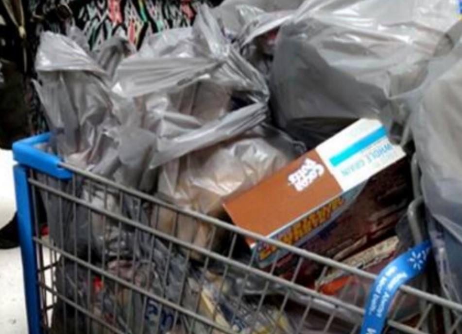 Army Dad Snaps Photo After Spotting Couple's Huge Grocery Haul