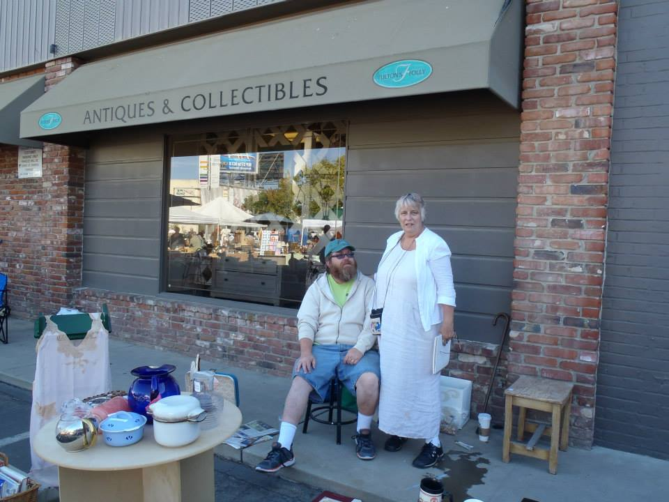 antiques dealership where Randy finds old photo